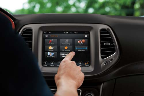Jeep_Compass_InteriorTechnology_UCONNECT-MULTIMEDIA-CENTRE_web