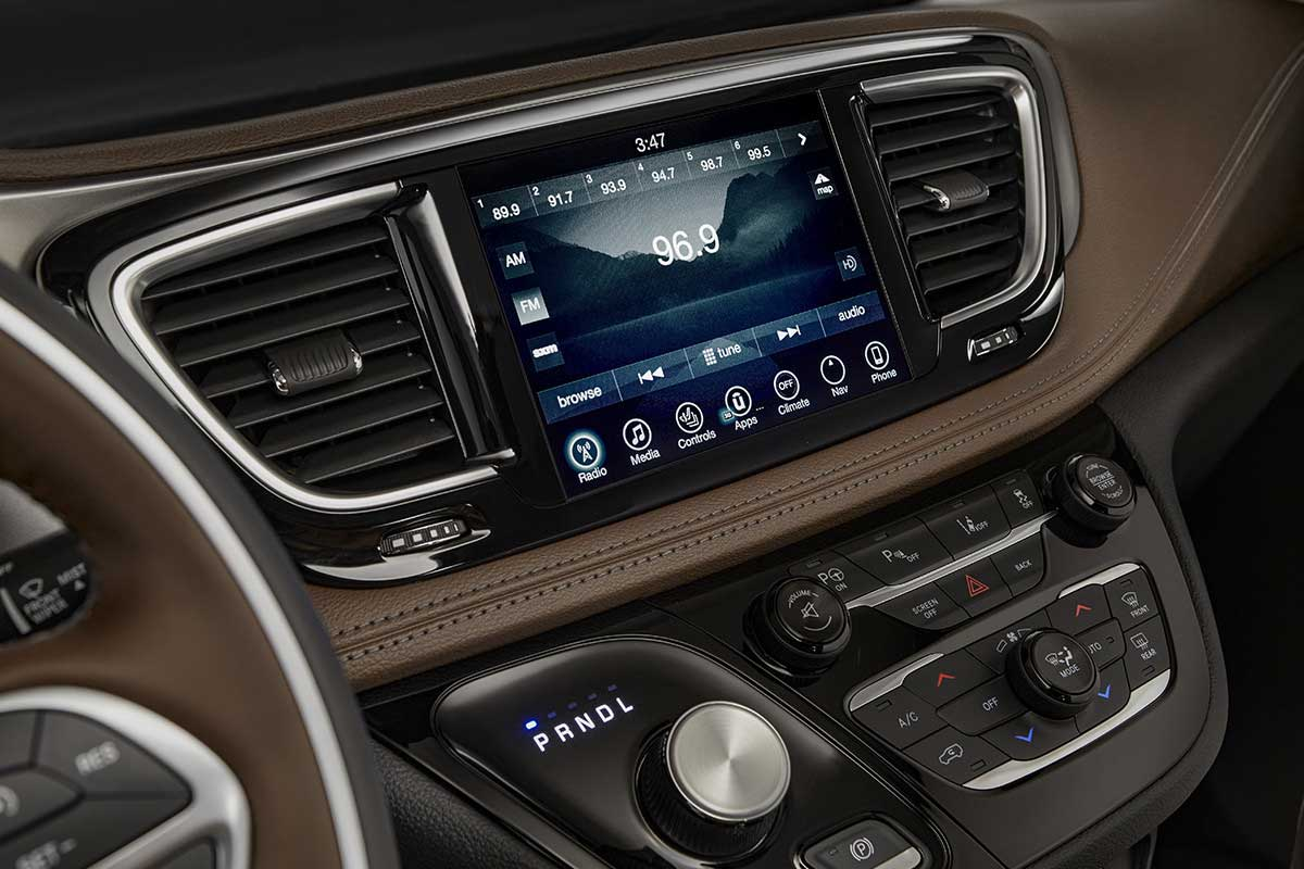 Chrysler-Pacifica-Hyb-Interior-Features-uconnect