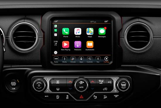 jeep-gladiator-interior-features-apple-carplay-android-auto
