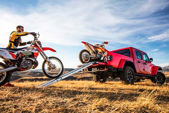 jeep-gladiator-capability-hauling-dirtbike